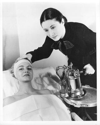 Cosmetic device demonstration by Mala Rubinstein