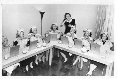Helena Rubinstein beauty school class, chin exercise