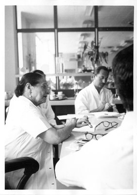 Helena Rubinstein in her office with Oscar Kolin