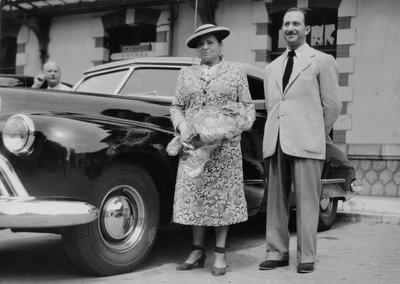 Helena Rubinstein with Oscar Kolin by car in the South of France