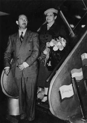 Helena Rubinstein and Oscar Kolin exiting plane
