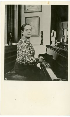 Helena Rubinstein at the piano in Molyneux