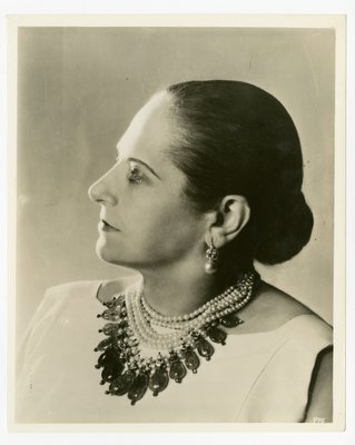 Helena Rubisnein in pearls with almond-shaped stones