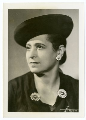 "Helena Rubinstein in ""Suzy chapeax"" and garment by Alix"