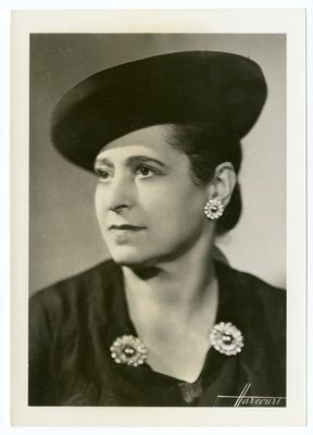 "Helena Rubinstein in ""Suzy chapeax"" and garment by Alix"