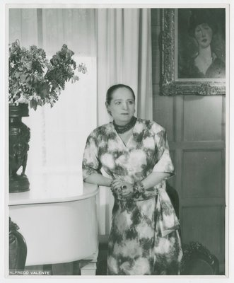 Helena Rubinstein with Modigliani painting