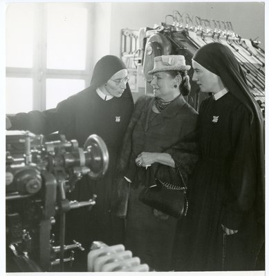 Helena Rubinstein with Italian nuns at a printing press