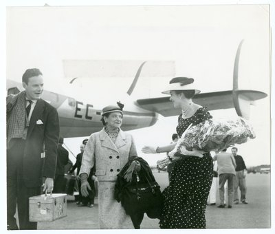 Helena Rubinstein greeted by Miss Rome in Italy