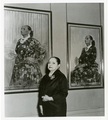 Helena Rubinstein between two portraits by Graham Sutherland